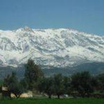 雪の残る、美しいの山々にあるTikjdaリゾート